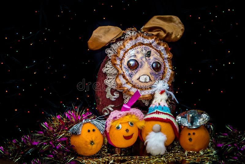 Feestelijke sinaasappel op een donkere achtergrond met kleurrijke bollen stock fotografie