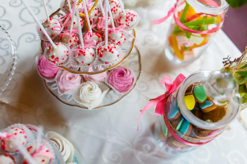Feestelijke suikergoedbar die zich op de mening van de lijstbovenkant bevinden royalty-vrije stock afbeelding