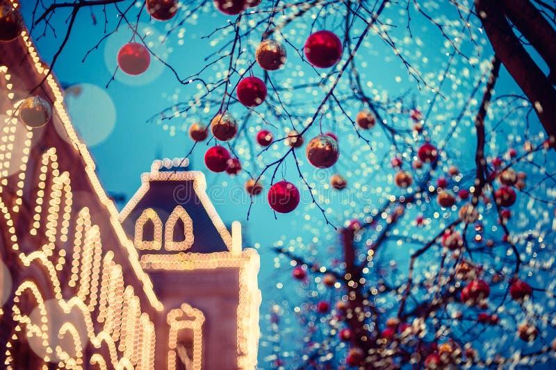 Feestelijke verlichting in de straten van de stad Kerstmis in Moskou, Rusland Rood vierkant royalty-vrije stock afbeelding
