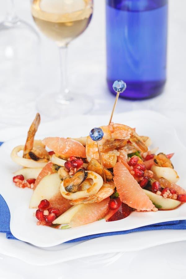 Feestfruitsalade en zeevruchten stock afbeelding