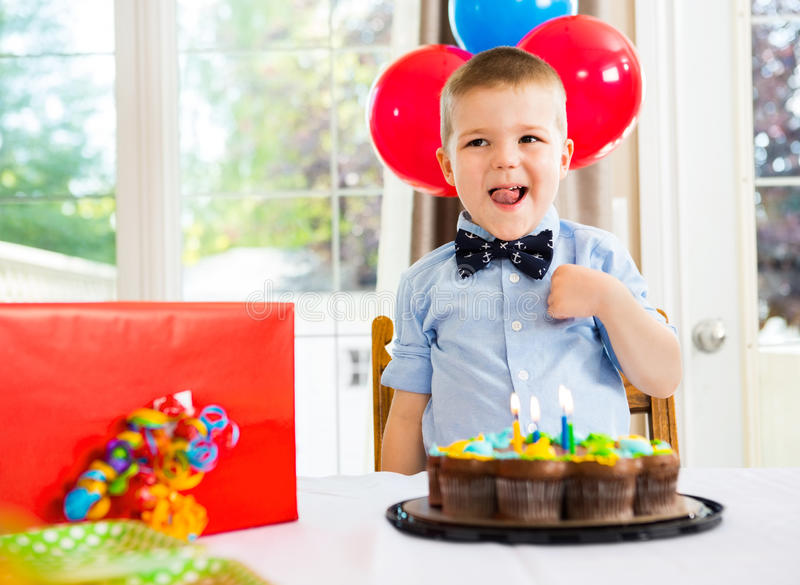Feestvarken met Cake en Heden op Lijst royalty-vrije stock afbeelding