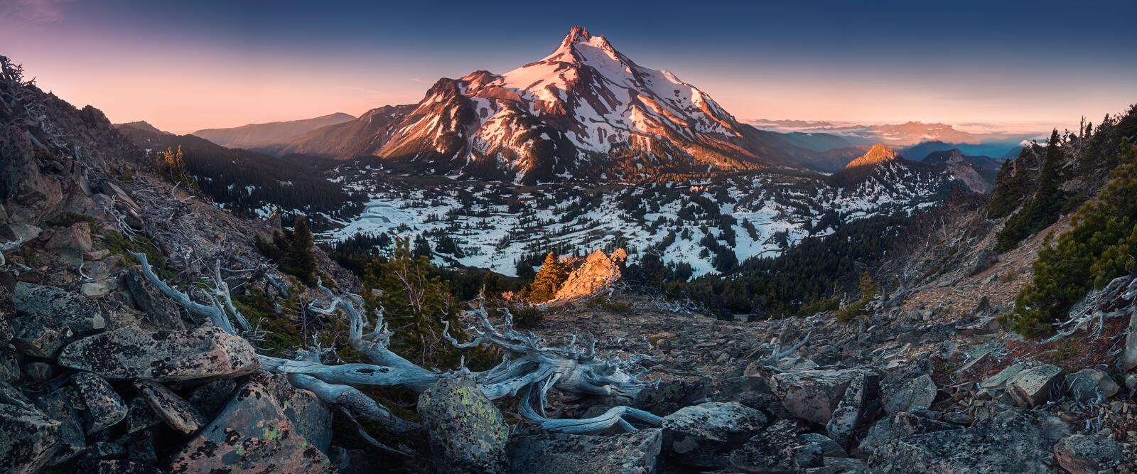 At 10,492 feet high, Mt Jefferson is Oregon`s second tallest mountain.Mount Jefferson Wilderness Area, Oregon The snow covered. Central Oregon Cascade volcano stock image