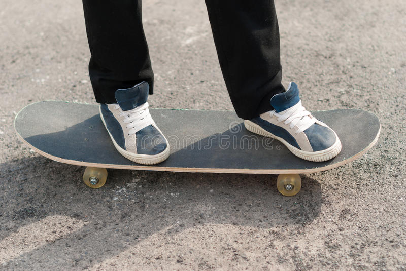 Feet in sneakers on a skateboard. royalty free stock photos