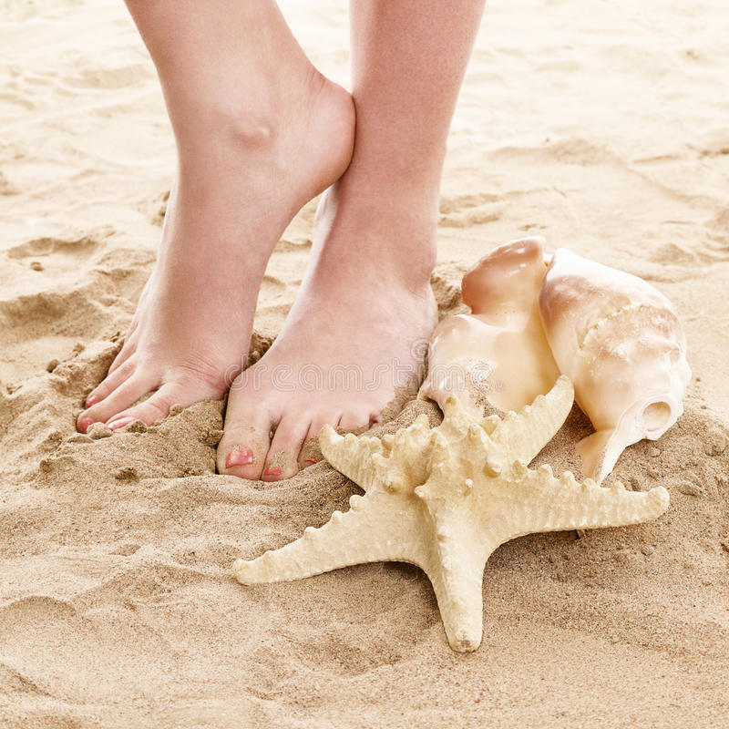 Feets e areia da praia foto de stock
