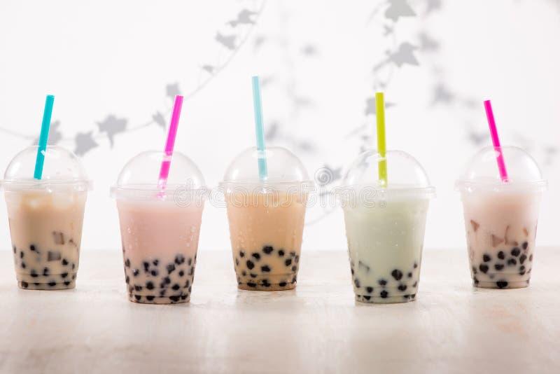 Fefreshing congelou o chá leitoso da bolha com as pérolas das tapiocas no plástico fotos de stock royalty free