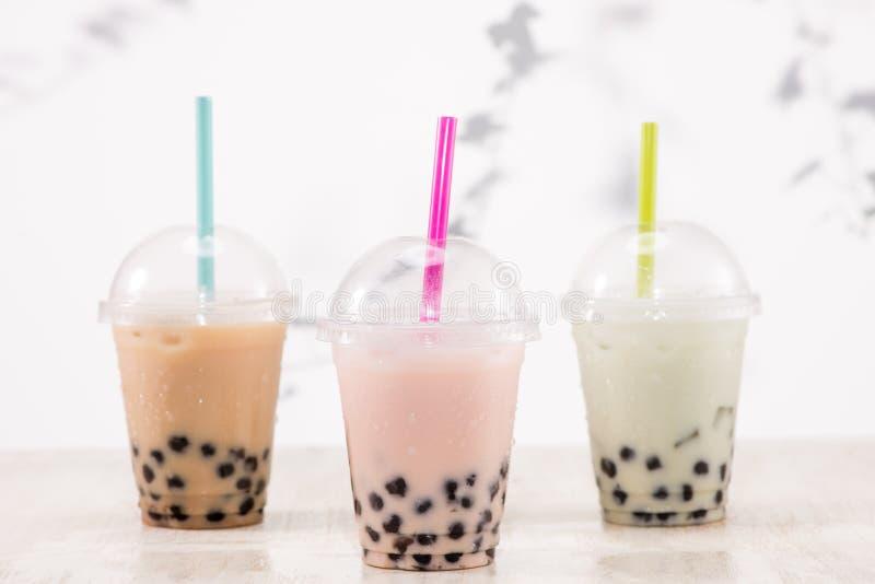 Fefreshing congelou o chá leitoso da bolha com as pérolas das tapiocas no plástico fotos de stock