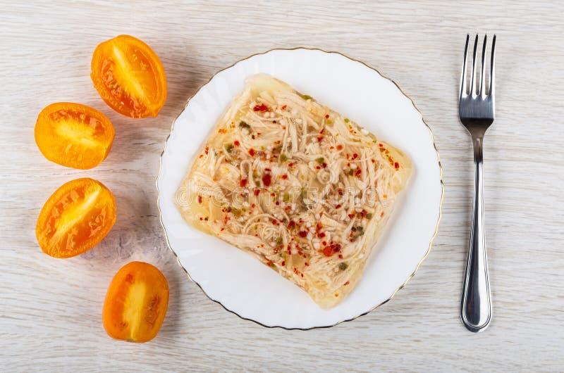 Feg aladåb i plattan, stycken av tomater, gaffel på trätabellen Top beskådar royaltyfria bilder