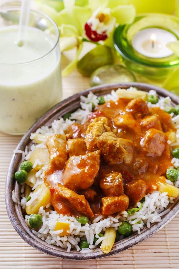 Feg curry med basmati ris och gröna ärtor royaltyfria bilder