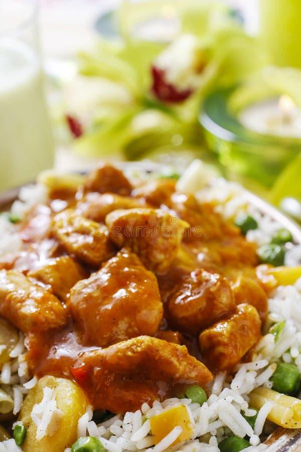 Feg curry med basmati ris och gröna ärtor arkivfoton