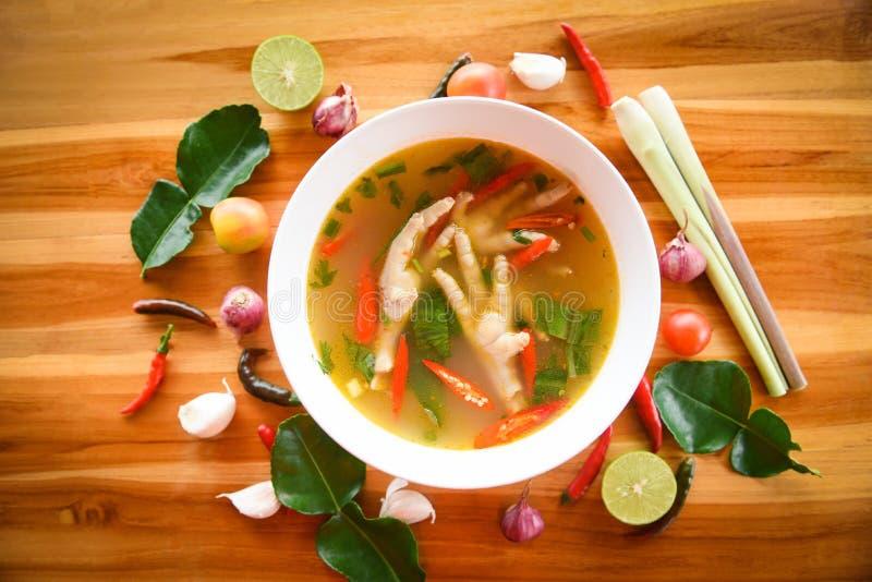 Feg fot kryddig soppa/feg fot med den varma och sura soppabunken med Tom Yum för nya grönsaker thai örter och kryddaingredienser royaltyfria foton