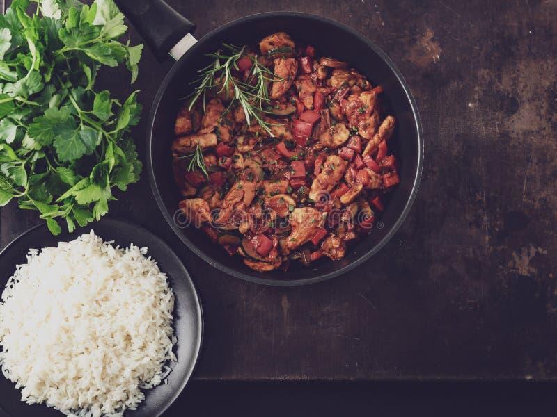 Feg grönsakpanna med ris, nya ingredienser och örter arkivfoto