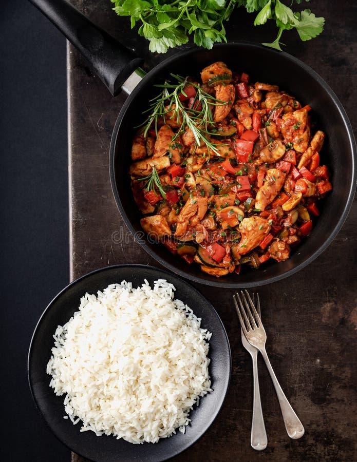 Feg grönsakpanna med ris, nya ingredienser och örter arkivbild