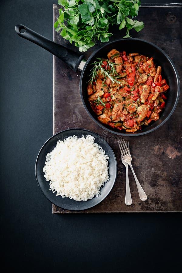 Feg grönsakpanna med ris, nya ingredienser och örter royaltyfri fotografi