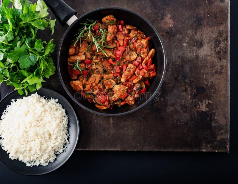 Feg grönsakpanna med ris, nya ingredienser och örter royaltyfri foto
