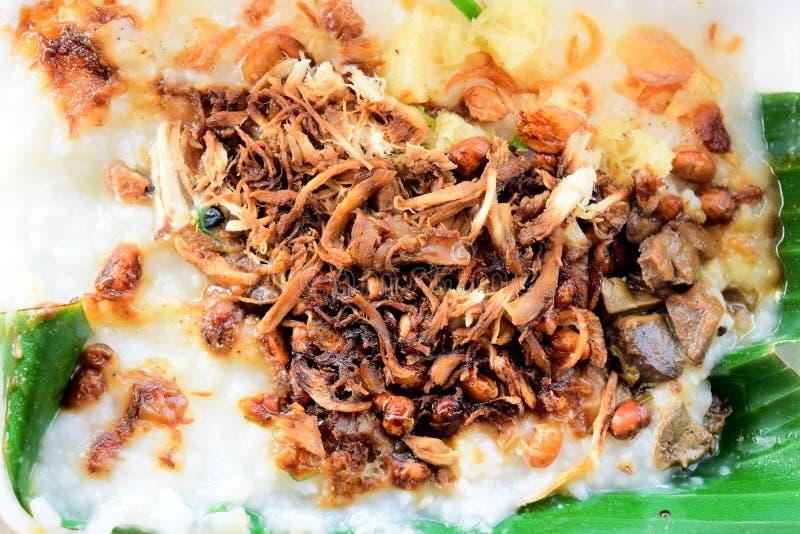 Feg havregröt Bubur Ayam, traditionell indonesisk mat som göras från havregröt som är mycket smaklig och frasig royaltyfri fotografi