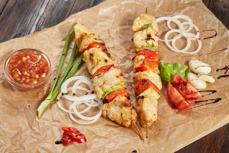 Feg köttkebab med såser och grönsaker royaltyfri foto