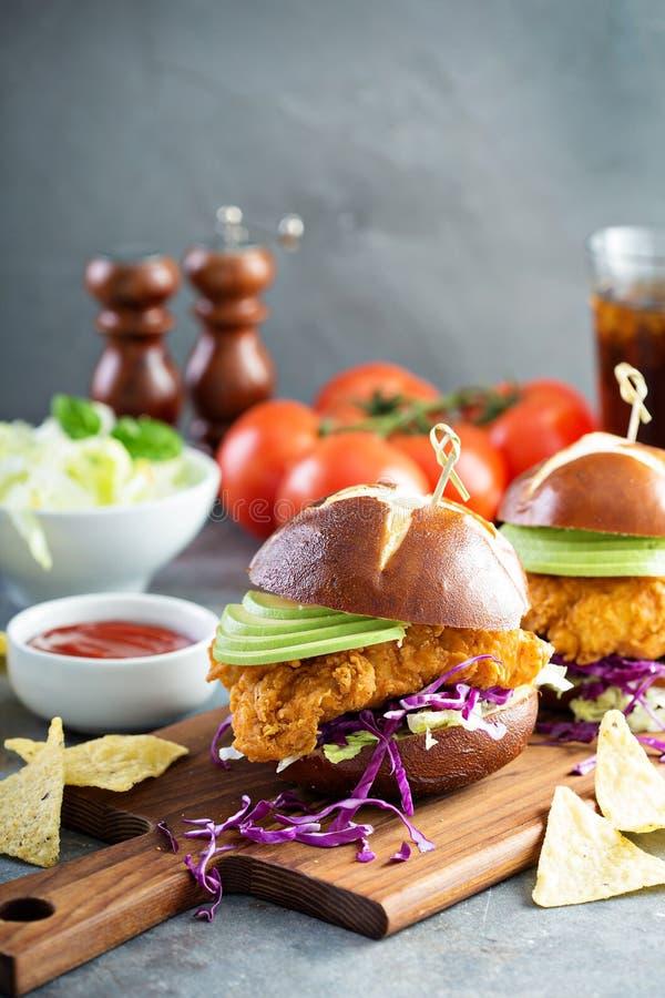 Feg mjuk smörgås med avokadot och vitkålssallad fotografering för bildbyråer