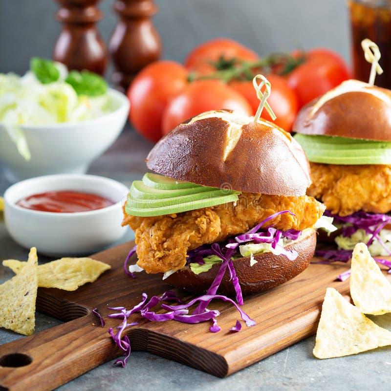 Feg mjuk smörgås med avokadot och vitkålssallad arkivfoto
