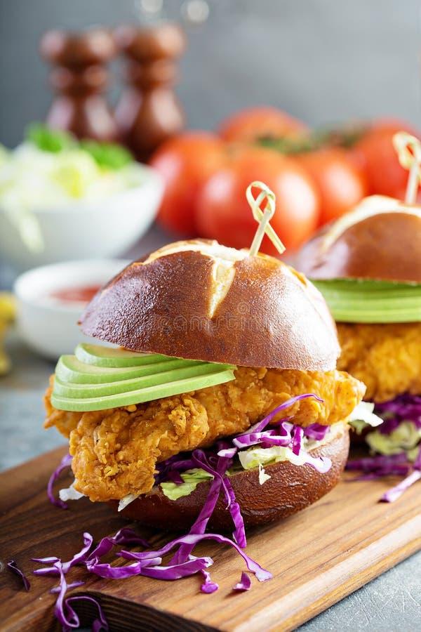 Feg mjuk smörgås med avokadot och vitkålssallad arkivbilder