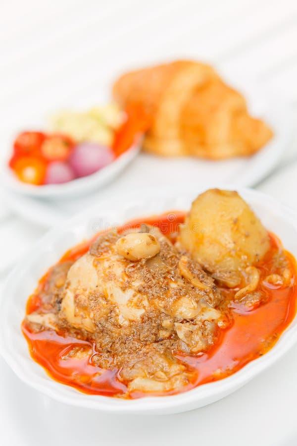 Feg Mussaman curry med gifflet och inlagda grönsaker thai mat fotografering för bildbyråer