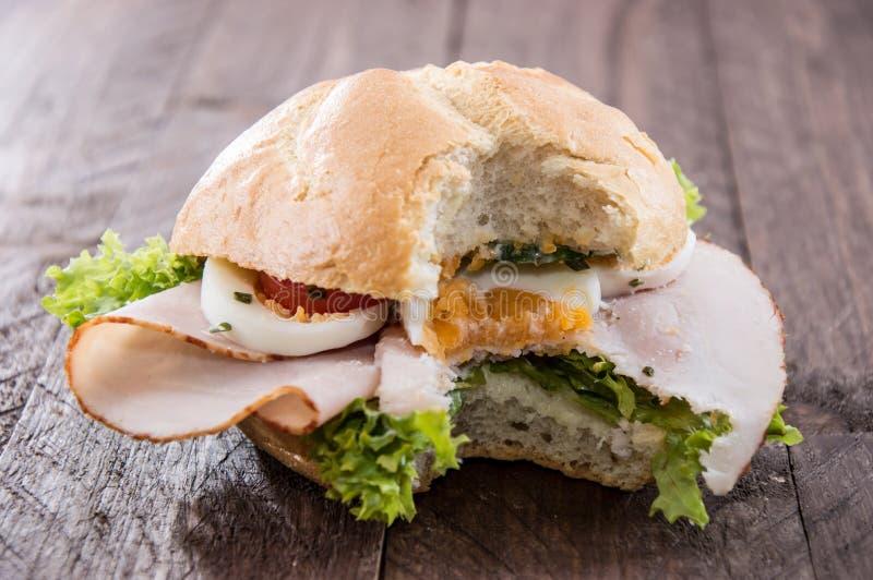 Feg smörgås på trä arkivbild