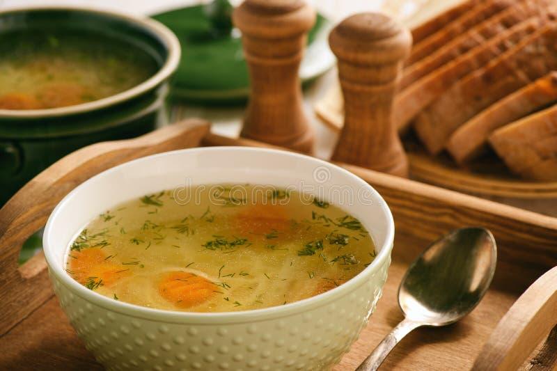 Feg soppa i bunke på trämagasinet arkivfoto