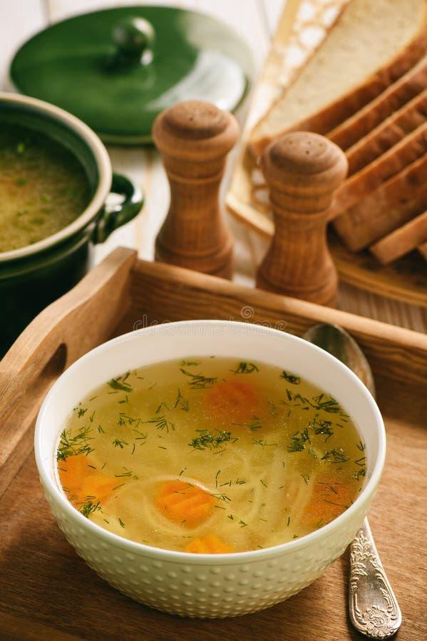 Feg soppa i bunke på trämagasinet royaltyfri foto