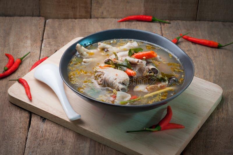 Feg sur soppa på trägolv kryddigt thai för mat royaltyfria foton