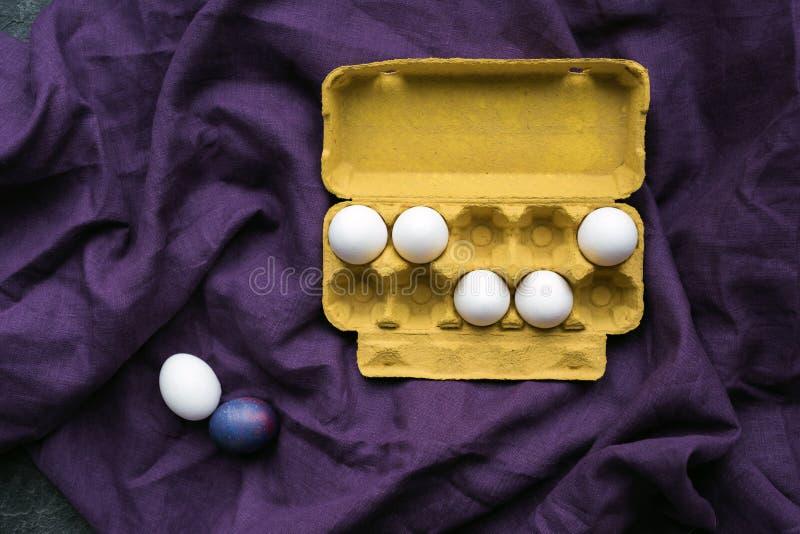 Fega ägg i ägglåda royaltyfri fotografi