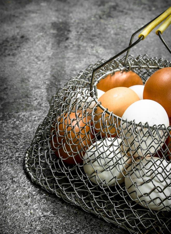 Fega ägg i en ingreppspåse arkivbild
