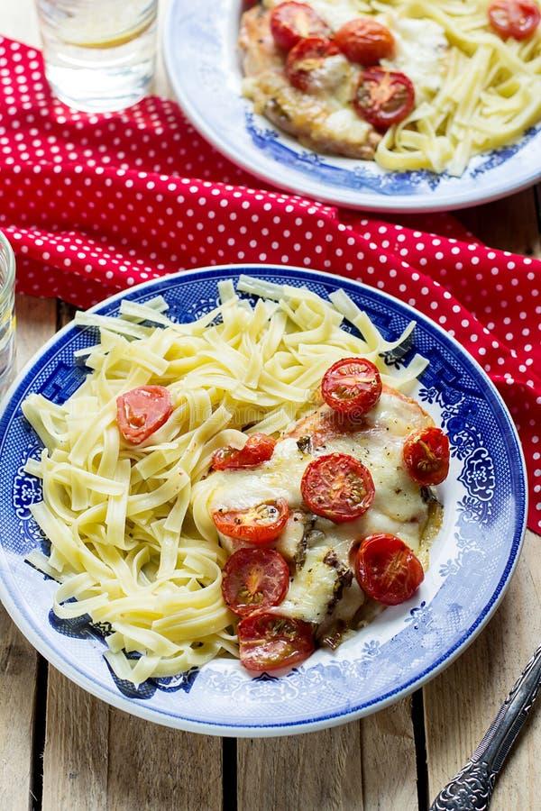 Fega bröst med körsbärsröda tomater, mozzarellaen och pasta royaltyfri fotografi