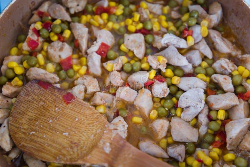 Fega curryklumpar på en stekpanna arkivbilder