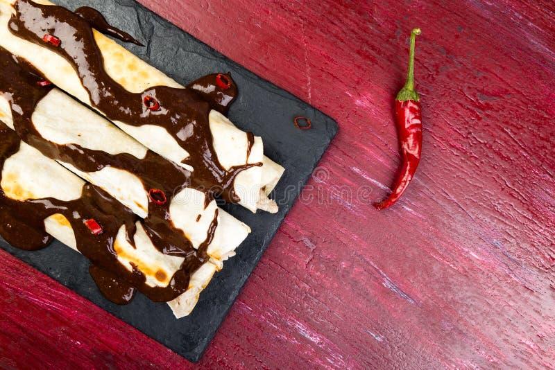 Fega enchiladas för mexikan med chilichokladsalsa arkivfoto
