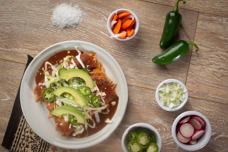 Fega enchiladas med rädisamorötter och lökar royaltyfri foto