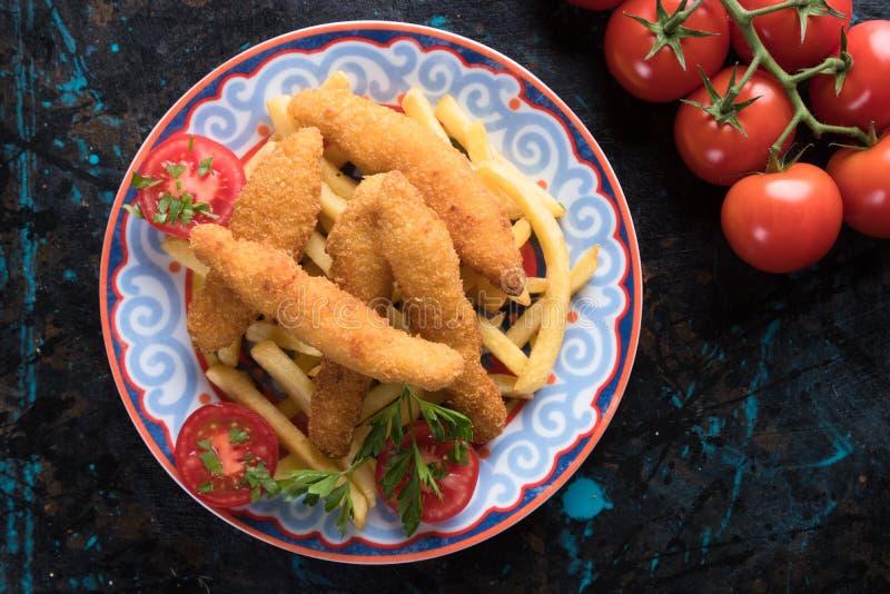Fega frites med potatischiper arkivfoton