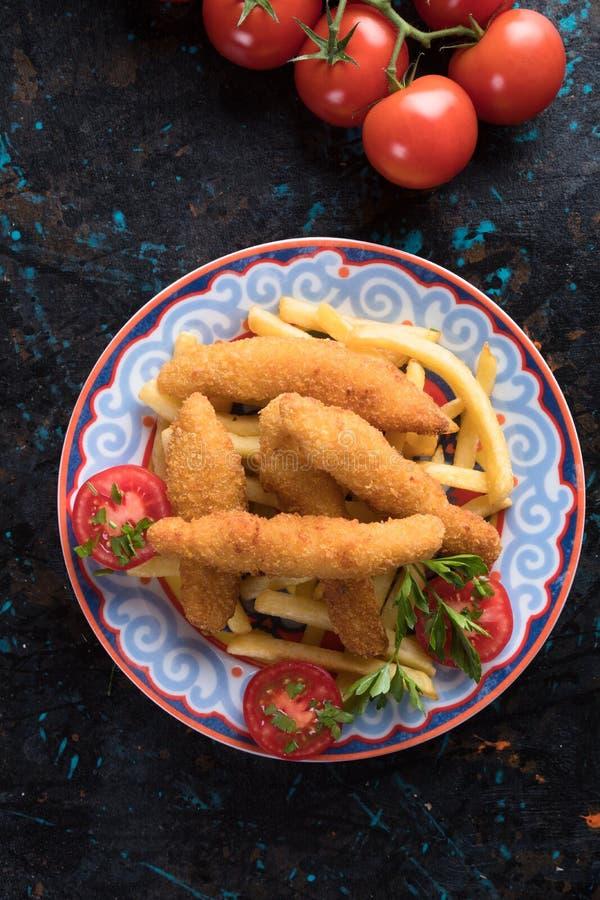 Fega frites med potatischiper royaltyfri bild