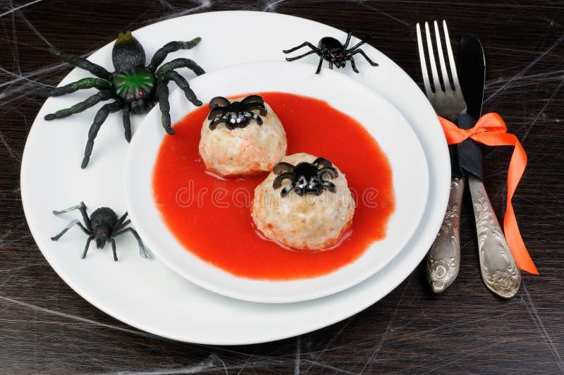 Fega köttbullar i tomatsås arkivfoton