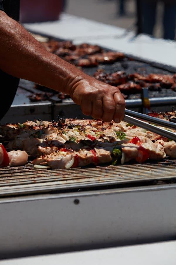 Fega kebaber som grillas på ett nöjesfält arkivfoto