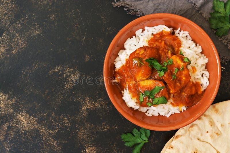 fega korma med en kryddig sås över vita ris Traditionell indisk maträtt på en lantlig bakgrund Bästa sikt, kopieringsutrymme royaltyfria foton