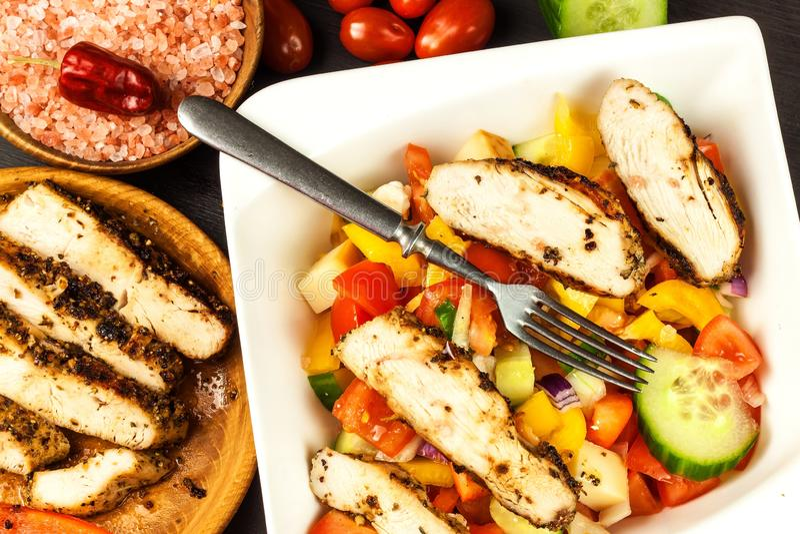 fega meatgr?nsaker Marinad f?r chilipeppar grillad mat Protein bantar Mat f?r idrottsman nenar arkivfoto