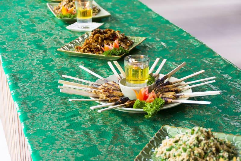 Fega Satay som grillas på bambupinnar, typisk thailändskt eller Indonesi arkivfoton