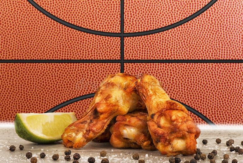 Fega vingar med en basketbollbild i bakgrund royaltyfria foton