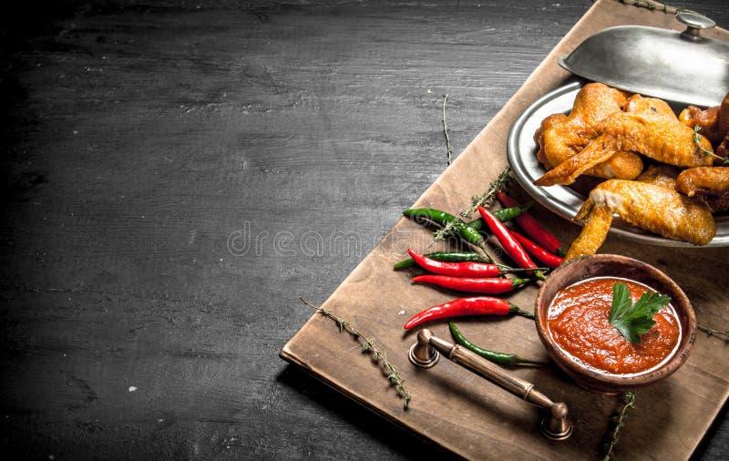 Fega vingar med sås och peppar för varm chili royaltyfri foto
