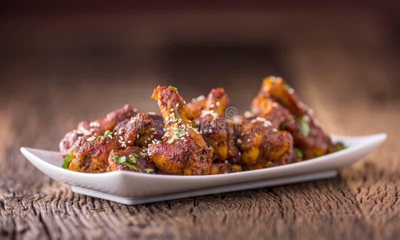 fega vingar Stekt kycklingvingar i vita småfiskar för ketchup och för potatis för bunkevitlökdressing royaltyfri bild