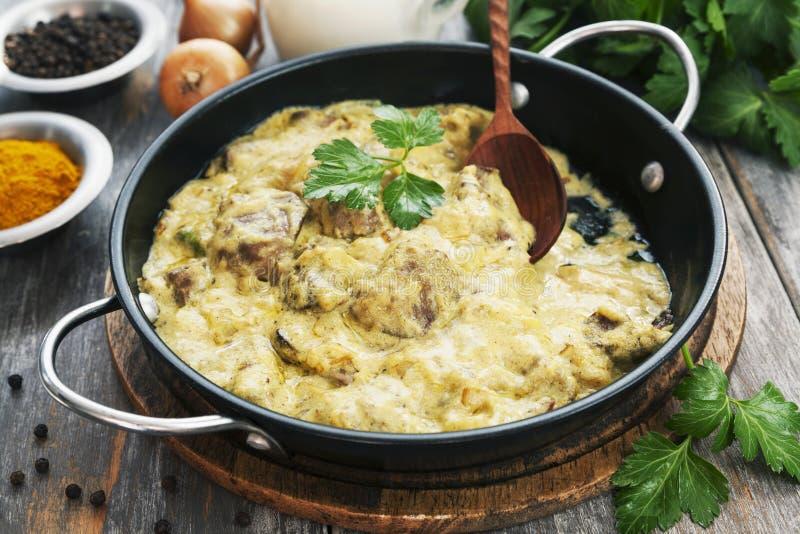 Fegato di pollo in salsa cremosa con curry fotografia stock