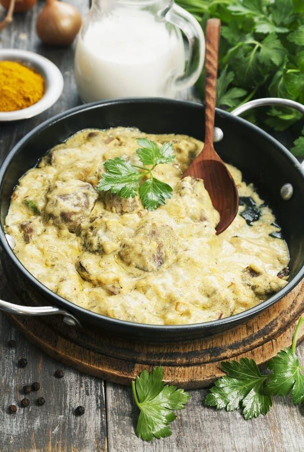 Fegato di pollo in salsa cremosa con curry immagine stock libera da diritti