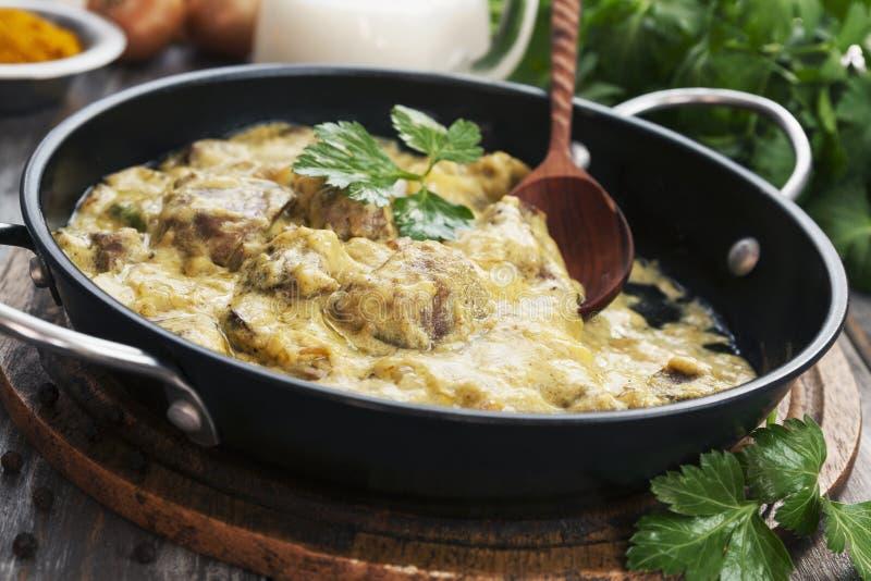 Fegato di pollo in salsa cremosa con curry immagini stock libere da diritti