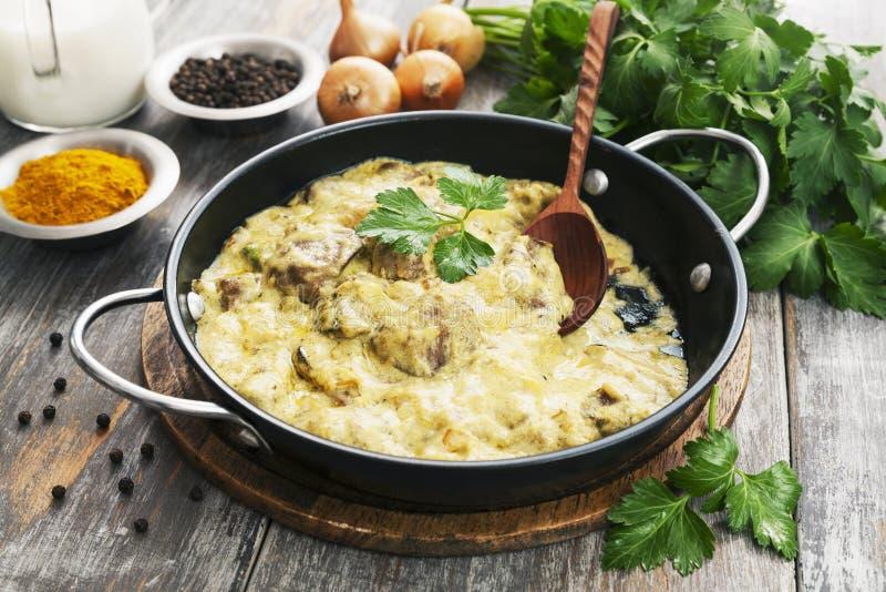 Fegato di pollo in salsa cremosa con curry fotografie stock libere da diritti