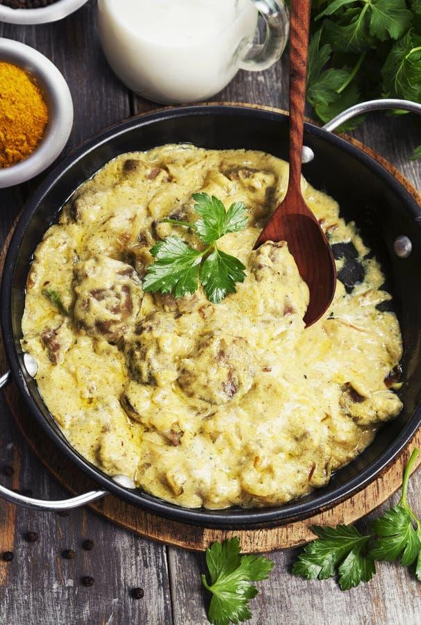 Fegato di pollo in salsa cremosa con curry immagine stock