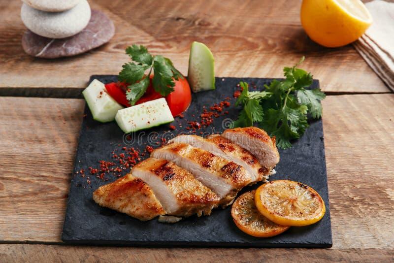 Fegt bröst för stek med citronen och grönsaker royaltyfri fotografi